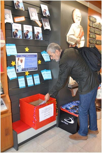Un cliente entregando un libro para los presos de la Cárcel de Picassent