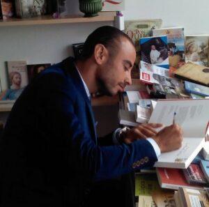 """Pelayo Arango Lara firmando ejemplares de su obra """"La Filosofía del Dar"""""""