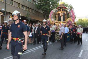 Bomberos de Madrid portando a la Virgen de la Paloma