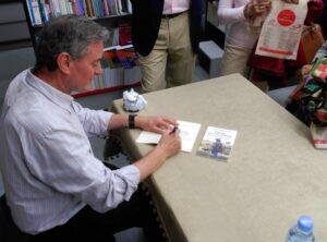 Alejandro Fernandez Barrajon firmando sus libros al acabar la charla-coloquio la emocion de nacer de nuevo