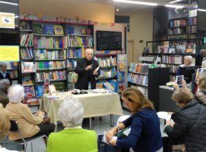 Antonio Gil Moreno presentando el libro 100 palabras sobre el cristianismo de la editorial paulinas