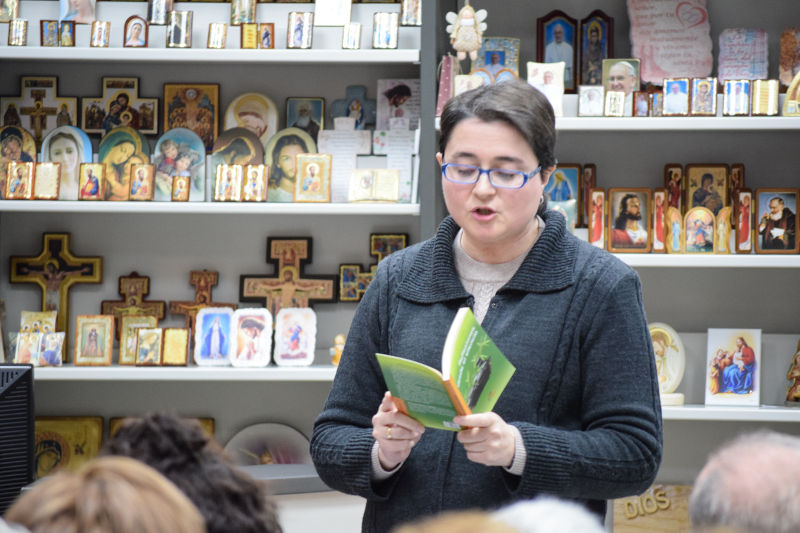 Mª Victoria leyendo extractos de su libro