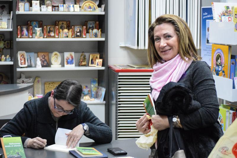 Mª Victoria firmando ejemplares de su libro