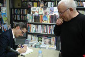 Adrian de prado postigo firmando su libro con infinito exceso