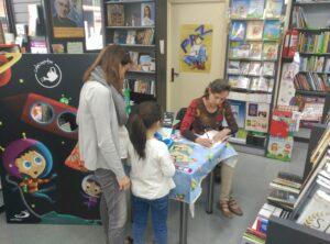 Carmen lopez manterola firmando sus cuentos en la libreria paulinas