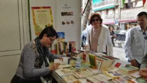 """Mª Victoria Romero firmando su libro """"Reflexiones desde el silencio"""""""