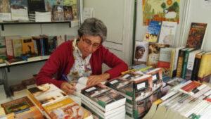 Mariola López Villanueva firmando