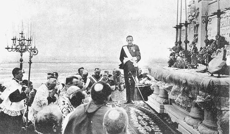 Alfonso XIII leyendo