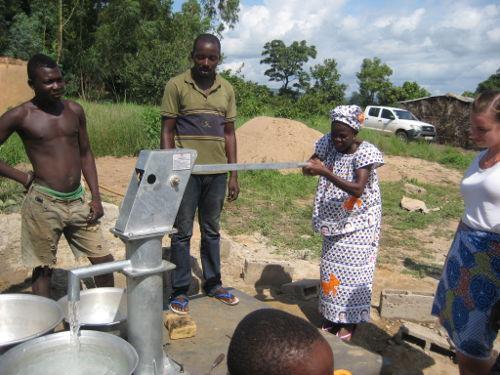 Mujer saca agua del pozo