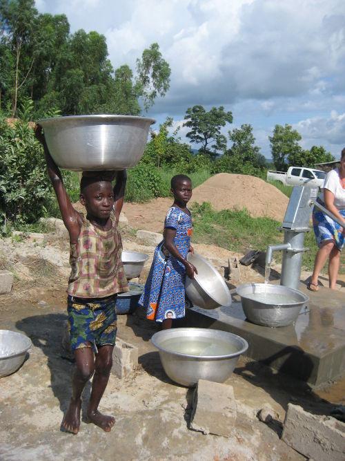 Niños cogiendo agua