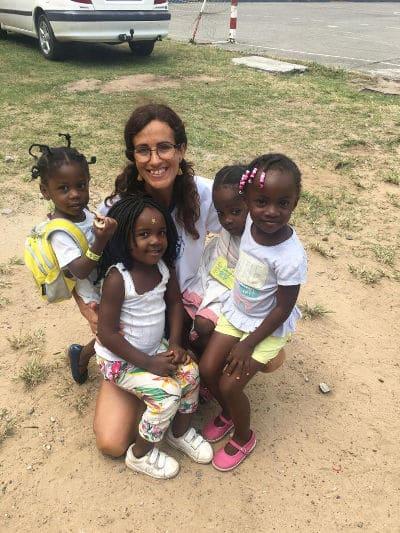 Nuria rodeada de niños